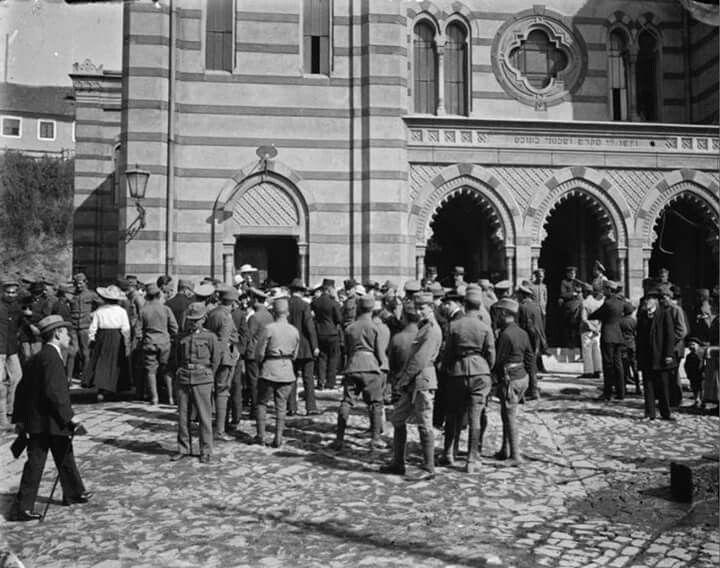 1917. A zsinagóga előtt.