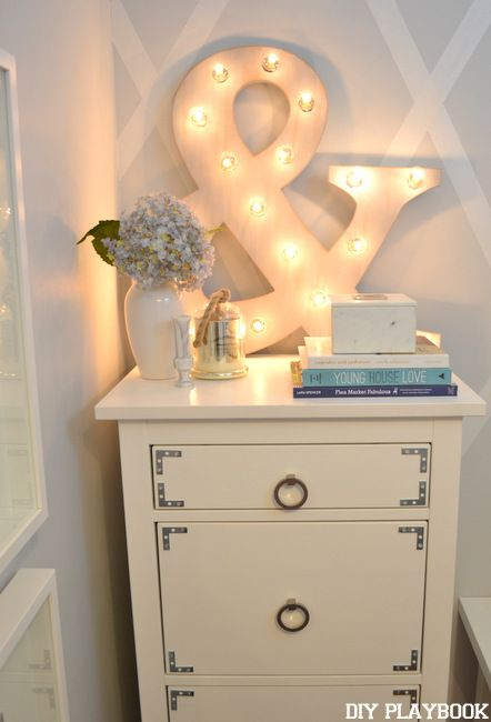 This @HomeGoods ampersand marquee sign adds some serious glam to this office nook #HappyByDesign #sponsored