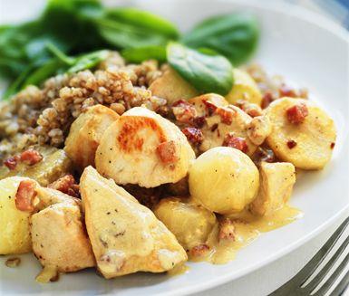 Ett underbart recept på krämig och smakrik kycklinggryta med bacon, steklök och senap. Du gör grytan av bland annat kycklingfilé, jordärtskockor, bacon, senap och grädde. Servera den mumsiga grytan med matvete.