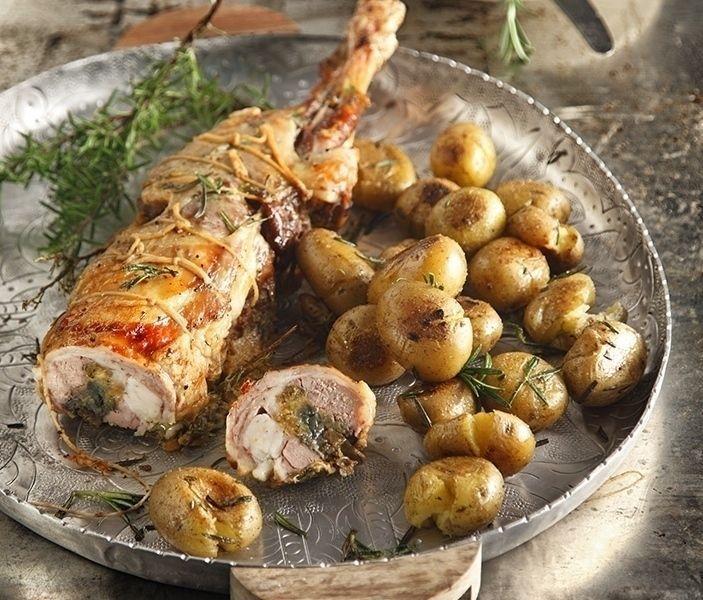 Αρνί γεμιστό με μελιτζάνες και γραβιέρα από τον Άκη. Μία υπέροχη συνταγή για αρνί που θα σας κάνει να γλείφετε και τα δάχτυλα σας!