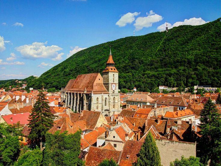 Brasov es una ciudad de Rumanía cuyo casco antiguo es literalmente precioso y que ademas esta situado entre montañas. De verde en verano y de blanco en invierno, Brasov es adornada de tal modo que visitarla se hace inolvidable.