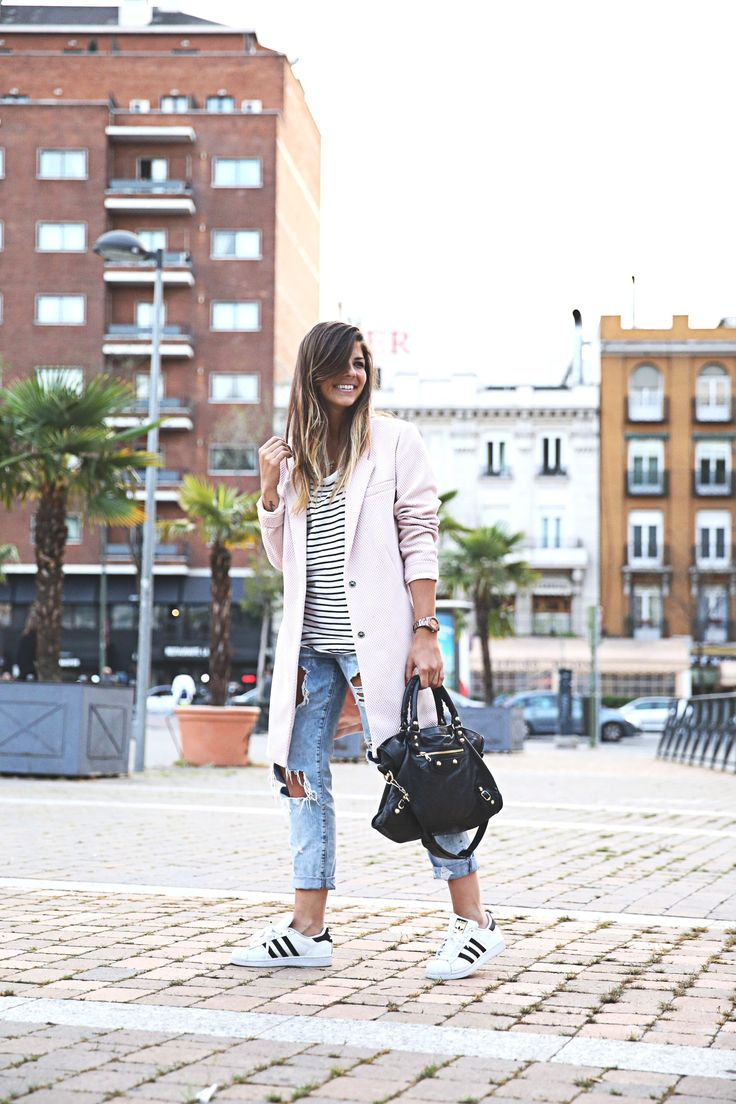 trendy-taste-look-outfit-street-style-sport-chic-camiseta-rayas-navy-marinero-boyfriend-ripped-jeans-vaqueros-rotos-adidas-superstar-7