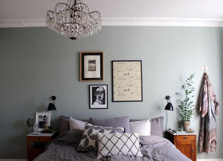 Johanna får dagligen mail och kommentarer från läsare som undrar vad det är för fin grön färg som de har målat sitt sovrum i så här kommer svaret en gång för alla. Kulörkoden är S 3005-G20Y, färgen Johanna har målat med kommer från Jotun men kulören kan självklart blandas till hos valfri återförsäljare. En skön …
