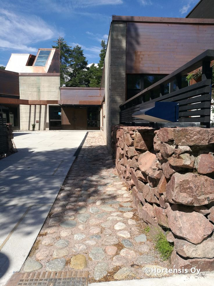 Kirkon sisäpiha - seulanpääkiveys, betonilaatat asennus.