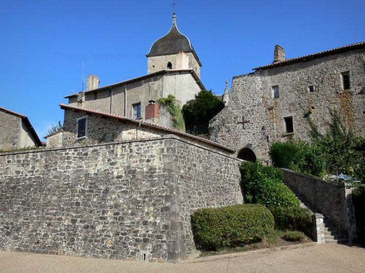 Guida della Charente: Brigueuil - Campanile della chiesa di San Marziale e case del villaggio - France-Voyage.com