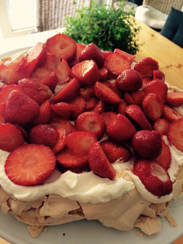 Benodigdheden: 4 eiwitten, 175 gr. witte basterdsuiker 1 eetl. maizena pakje slagroom (125 ml) bakje aardbeien en/of bosbessen Hoe: Verwarm de oven voor op 150 gr. C. Mix de eiwitten stijf met de b…