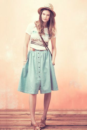 fedora + graphic tee + rafia belt + denim mid skirt + flatforms
