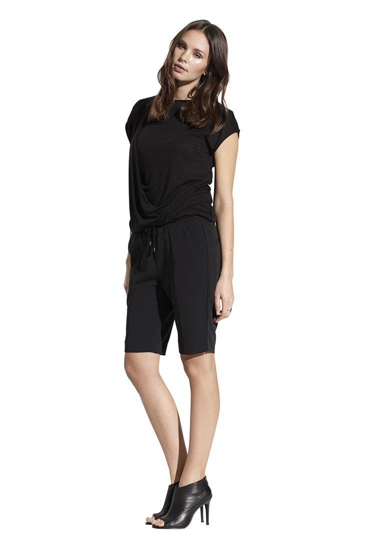 Filippa top og Francesca city shorts. Køb det på http://www.blackswanfashion.dk/ Filippa top and Francesca city shorts. Buy it on http://www.blackswanfashion.com/ #blacktshirt #drapedtop #roundnecktshirt #perfecttop #amazingtop #fantastictop #hidesflaws #blackshorts #boyishshorts #abovekneelengthshorts #cuteshorts #fashionableshorts #perfectshorts #amazingshorts #shortswithelasticwaistband