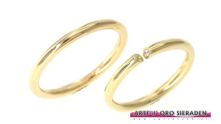 """Geelgouden trouwringen """"kogelrond"""" met 2 briljant geslepen diamanten."""