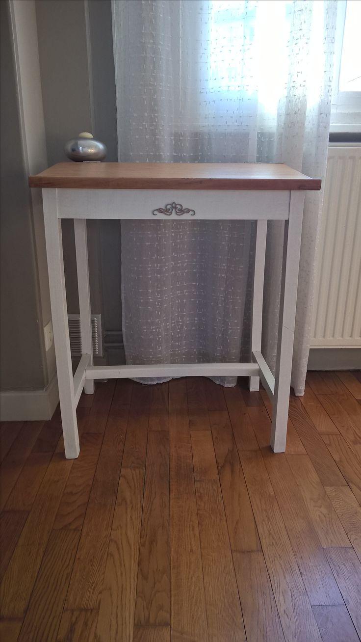 Petit bureau d'écolier chiné. poncé entièrement, parti inférieur peint en blanc ( 2 couches ) et vernis sur la parti supérieur. finition avec une arabesque en bois .