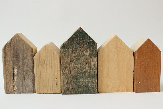 Unieke set van 5 houten huisjes, handgemaakt van sloophout. De set kenmerkt zich door de verschillen in ruwheid, imperfecties, en structuren van