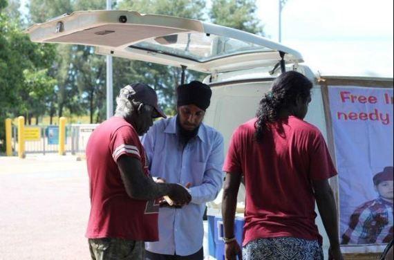 Dopo il lavoro, tassista sikh cucina cibo indiano gratis per i poveri.  http://pilloline.altervista.org/cibo-indiano-gratis-per-poveri/