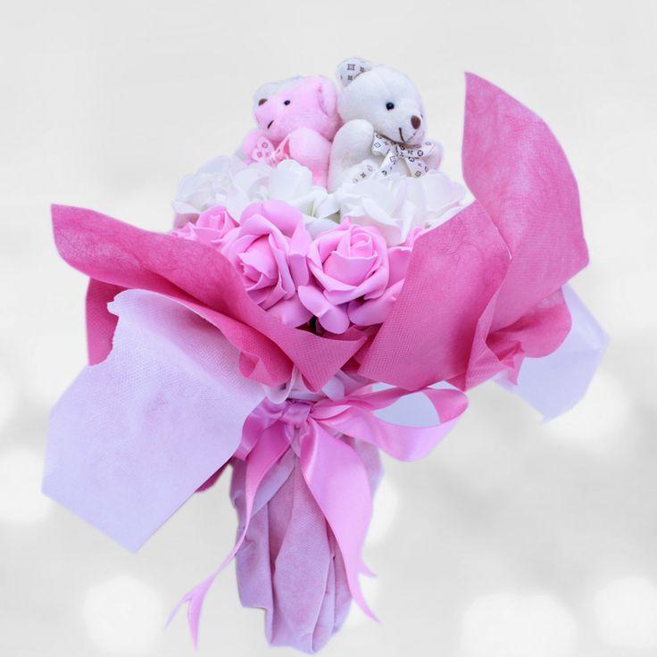 Sağlıklı Günler Peluş Buketi  Hasta ziyaretine giderken klasik çiçeklerden götürmek yerine şık bir ayıcık buketi vermek çok daha güzel olacaktır. Çiçekler hastane odalarında çürümesin istiyorsanız sevdiklerinize vereceğiniz bu armağan sizler için.