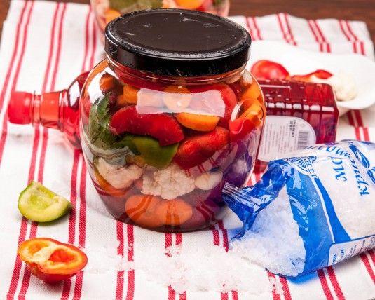 Лятото - домати и краставици, пролетта - зелена салата, а зимата - разбира се туршия! Всеки български дом има своите рецепти за туршии! Септември и октомрви са месеците, когато кипи засилен обмен на опит свързан с приготвянето на туршии! Подобно на повечето рецепти и рецептата за шарена туршия с варена саламура на Супичка е от онези рецепти, които излизат директно от тетрадката на баба с рецепти.…