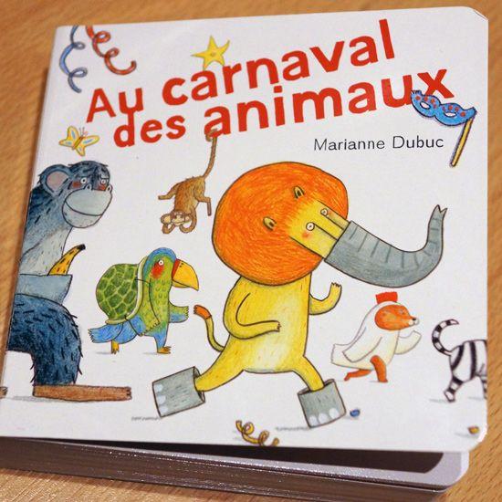 Le lion tombe sur une affichette dans la forêt : « Cool, c'est carnaval et tous les animaux sont invités ! » doit penser le roi des animaux. La mention dessous lui plait moins par contre : déguisement obligatoire ! « Ok… En quoi vais-je me déguiser ? ». Ah si, il a trouvé : il va se déguiser… en éléphant qu'il croise alors… Et l'éléphant alors ? Eh bien, lui va se déguiser… en perroquet qu'il croise alors… Et le perroquet alors ?...