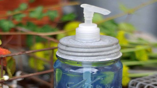 Mason jars are popular for projects because they're both plentiful and evoke country charm that many people like to use for decoration. You can hack your cheap plastic soap dispenser pump into a mason jar with the help of 2-part epoxy and a drill. Via Apartment Therapy and Lifehacker: Mason Jars Soaps, Lifehacks Book, Diy Mason, Apartment Therapy, Jars Hackeri, Diy Soaps, Dispen Pumps, Fellow Lifehacks, Soaps Hoppers
