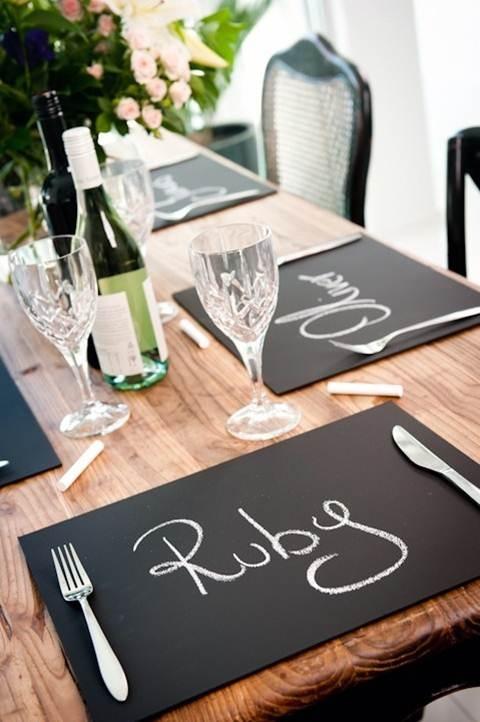 Organiza tu mesa con estos individuales de pizarra para indicar el nombre de cada comensal. ;)