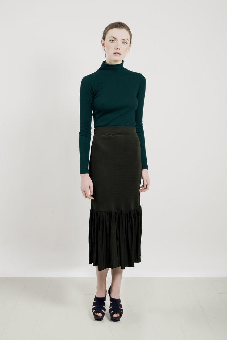 SUE BLACK Kjol med hög midja och volang  FÄRG Militärgrön  KVALITET 100% Viskos  PASSFORM Hög midja och generös kjol