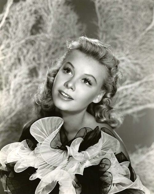 Vera Ellen, conocida principalmente por sus colaboración cinematográfica en números de danza interpretados junto a Fred Astaire, Gene Kelly, y Donald O'Connor.
