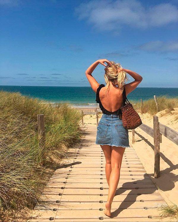 Sabina Socol mostra como a minissaia pode transformar o look praia combinando com maiô.