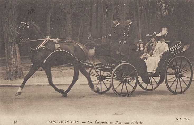 """Toujours au bois, ici dans une """"Victoria""""... (vieille carte postale)"""