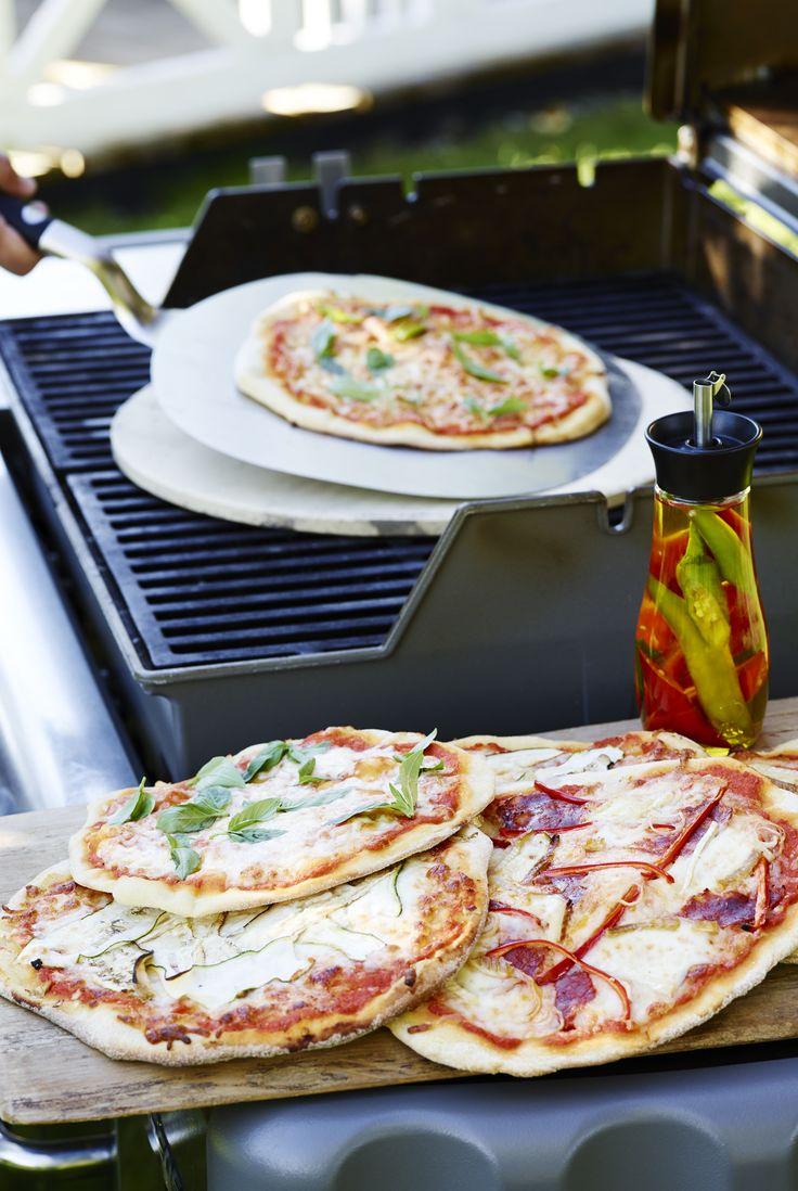 Alle har deres favorit, når det kommer til pizza, og der skal ganske lidt til at skabe store smagsoplevelser. Du får her tre bud på fyld, som kan glæde hele familien. Med en bagesten på grillen kan du bage pizzaer med den sprødeste, lækreste bund – præcis som italienerne er verdensberømte for at kunne bage dem i stenovne.  #grill #grillinspiration #grilltips #opskrifter #inspirationdk