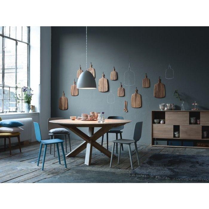 esstisch circles der runde tisch aus massiver ge lter eiche f llt durch seinen geschickt. Black Bedroom Furniture Sets. Home Design Ideas