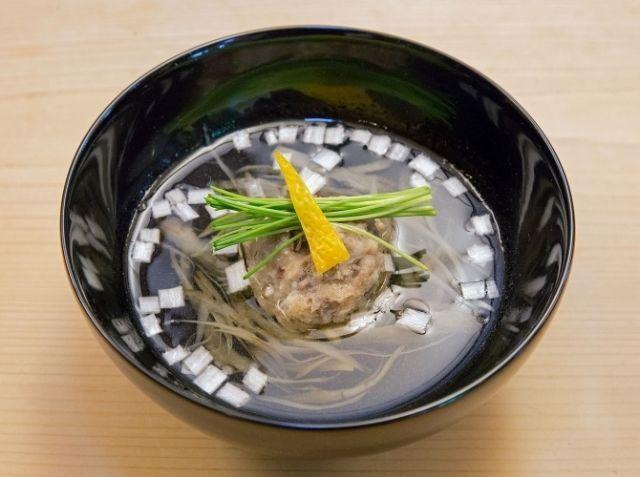 鰯のつみれ汁 - 田中 勝シェフのレシピ。鰯は食感が残るように粗めに刻んでください。 鰯はやわらかいので、調味料を合わせるとき、練ることで鰯をつぶしすぎないよう、 手早く混ぜましょう。