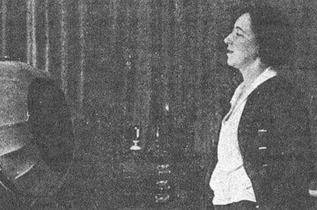 El primer discurso feminista Lo dio en 1924 por radio una periodista donostiarra, Teresa de Escoriaza, que firmaba sus primeros artículos con pseudónimo masculino Itsaso Álvarez | El Correo, 2015-03-17 http://www.elcorreo.com/alava/sociedad/201503/17/primer-discurso-feminista-20150316160723.html