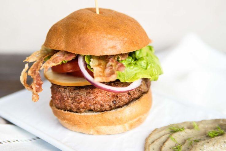 Tempo di primi picnic e di scampagnate all'aria aperta? Sì, ma... cosa mettere nel cestino delle vivande? Noi un'idea gustosa ce l'abbiamo: il panino gourmet #senzaglutine preparato con ingredienti sani da uno #chef sopraffino, Maradona Youssef! Figurone assicurato, cliccate qui per la ricetta ;-) #RobaBonaMaradona  www.piacerimediterranei.it/blog/le-ricette-di-maradona-panino-senza-glutine-con-hamburger/