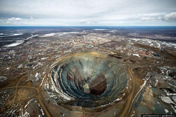 Noticias ao Minuto - A cidade em torno de um dos maiores buracos do mundo