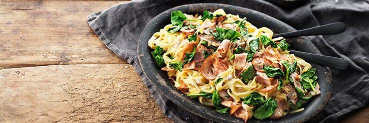 Snabb pasta med kantareller, bacon Kavli Recept Fav Todo: 1. Koka bönpasta Shirataki ris. Stek bacon. Om du använder fläskkött så låt fettet rinna av på hushållspapper. 2. Stek spenat 30sek. 3. Häll av pastavattnet och lägg tillbaka i kastrull. Rör ner ost, bacon & spenat i pasta. Smaka av med salt och peppar. Blanda, servera och njut.