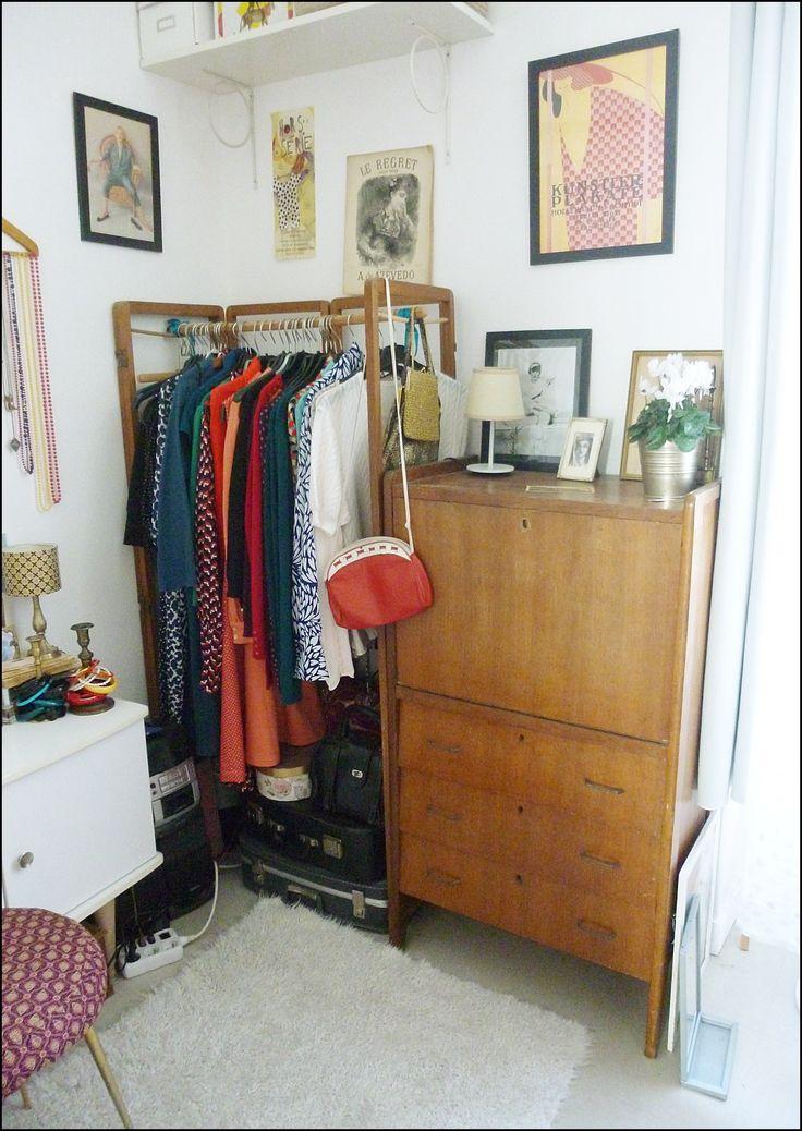 Paravent vintage transformé en penderie et secrétaire vintage.