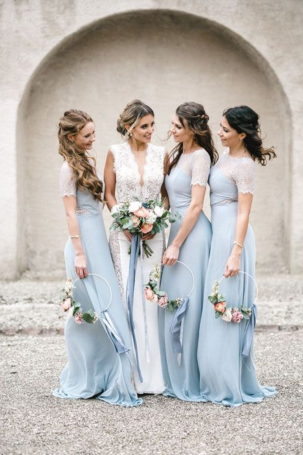 072be440c9a6 Blumenringe für die Brautjungfern in Dusty Blue - floral hoops for the  bridesmaids in dusty blue Photography: Sabrina Licata
