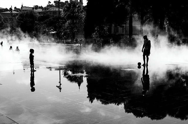 Entre père et fils, BW streetphotography à la place Masséna de Nice