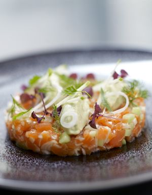 Recette Fraîcheur de saumon et pomme verte : Parsemez le saumon de gros sel et laissez mariner 15 mn au frais. Rincez-le très rapidement et essuyez-le bien. T... Plus