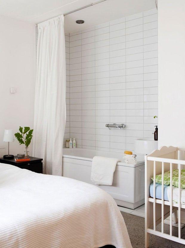 Quarto de casal tem cama de criança e banheira