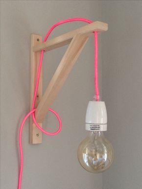 Une applique en suspension avec une simple équerre en bois