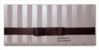 Convite de Casamento Triplo 12x27cm em papel Evenglow Liso 240g  com impresão de listras em tinta pérola.   Laço channel vendido separadamente em fita de cetim marrom.
