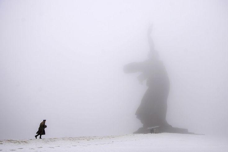 Nel giorno del 72esimo anniversario della Battaglia di Stalingrado un uomo in uniforme cammina verso la Statua della Madre Russia, un monumento commemorativo sulla collina di Mamaev Kurgan, a Volgograd, in Russia 2 febbraio 2015 (AP Photo/Dmitry Rogulin, File)