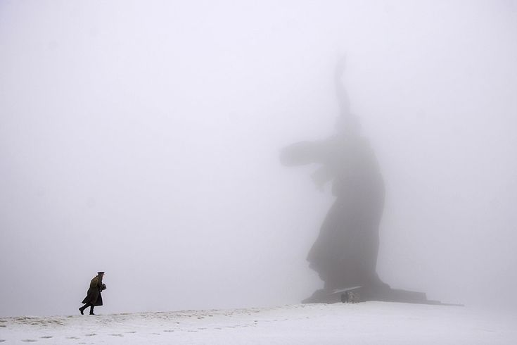 Nel giorno del 72esimo anniversario della Battaglia di Stalingrado un uomo in uniforme cammina verso la Statua della Madre Russia, un monumento commemorativo sulla collina di Mamaev Kurgan, a Volgograd, in Russia 2 febbraio 2015 (AP Photo/Dmitry Rogulin, File)
