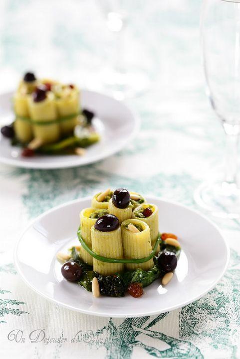 Pâtes rigatoni farcies à la scarole, aux olives et aux pignons ©Edda Onorato