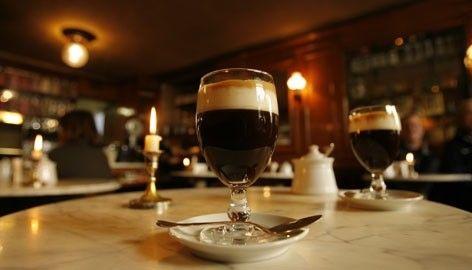 Caffè storici torinesi Come Trieste, anche Torino è piena di caffè storici, aperti da più di cent'anni. Ve ne sono alcuni in particolare in cui i grandi politici, filosofi e letterati del Risorgimento amavano rifugiarsi e conversare davanti ad una tazza di cioccolata o a un caffè. Cavour, D'Azeglio, e poi Giolitti e molti altri personaggi erano assidui frequentatori di questi locali.   Il bicerin è una bevanda calda nata a Torino, composta da cioccolata, caffè e crema di latte.