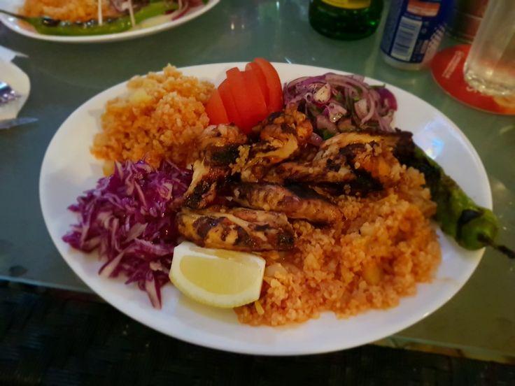 Kanat servit cu bulgur si salata(aripioare turcești la gratar) Restaurant NoName - Călătorie culinară în jurul lumii!