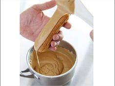 Astãzi vã arãt cum sã faceţi fondant de cofetãrie, fondant ce il puteţi folosi la glazurarea amandinelor , a eclerelor si astfel veţi obţine desertul perfect...