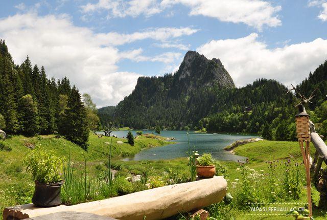 Le lac Tanay en Valais, petit lac de montagne suisse