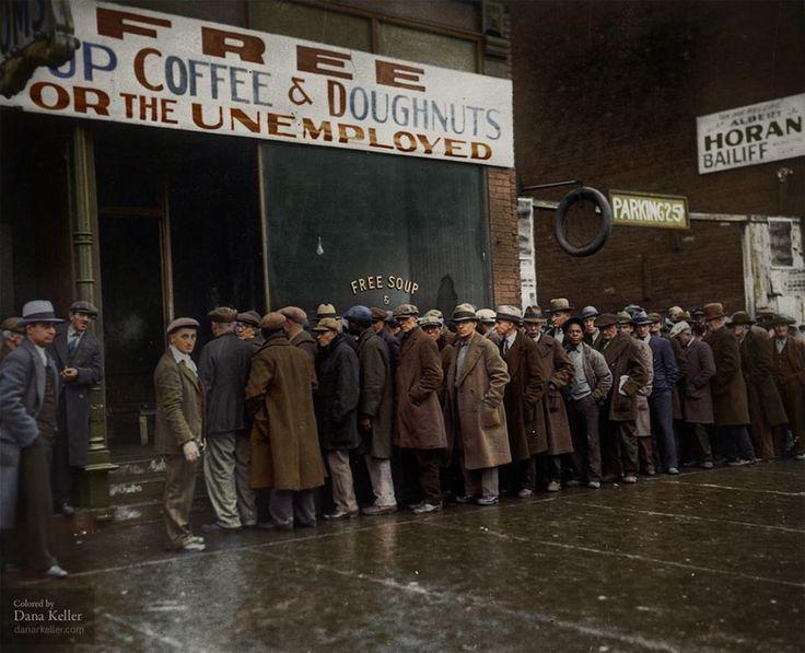 Столовая Аль Капоне, 1931 год, Чикаго. Для поддержания робингудского имиджа Аль Капоне во времена Великой Депрессии открыл столовую для безработных. Кучи обездоленых собирались там три раза в день, славя щедрось Капоне. Рассказывая журналистам как этот славный парень делает для народа больше чем правительство. Сам славный парень выходил к людям, пожимал руки, улыбался и говорил держаться и надеяться на лучшее.