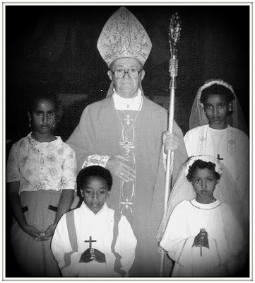 Cattedrale di Mogadiscio - Monsignor colombo impartisce i sacramenti della Santa Eucarestia e della Cresima