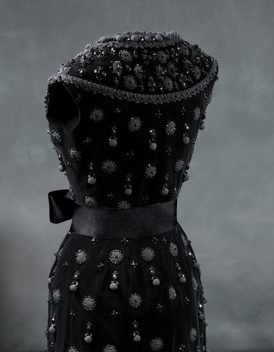 COCKTAIL Vestido de cóctel en terciopelo liso de seda negra1962
