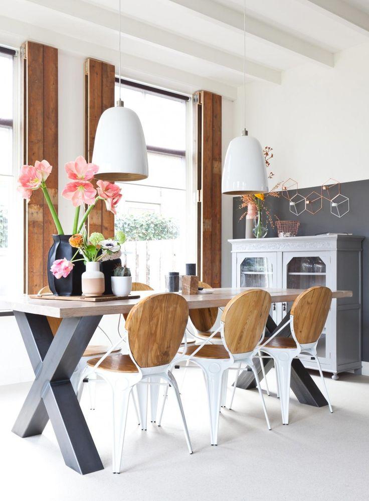 Restoric vloerdelen luiken op maat In aflevering 4 van het nieuwe seizoen zorgt styliste Wendy Verhaegh dat Henrike, Arjan en hun twee kinderen weer verliefd worden op hun huis. #vtwonen #programma #sbs6 #interior #styling #weerverliefdopjehuis #diningtable #chairs #flowers #lamp
